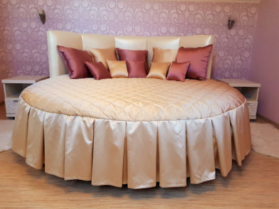 Покрывало круглое золотисто-бежевое с подушками